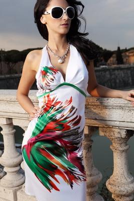 Kolekcja Mona: biała sukienka z kolorowym nadrukiem - przód