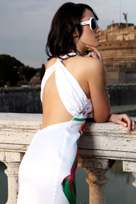 Kolekcja Mona: biała sukienka z kolorowym nadrukiem - tył